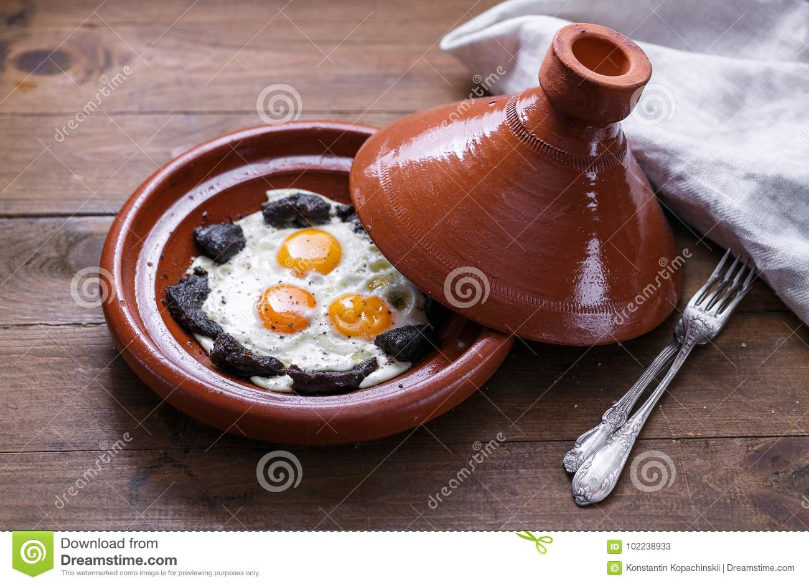 煎蛋和牛肉接近的看法在tajine盘,传统摩洛哥盘
