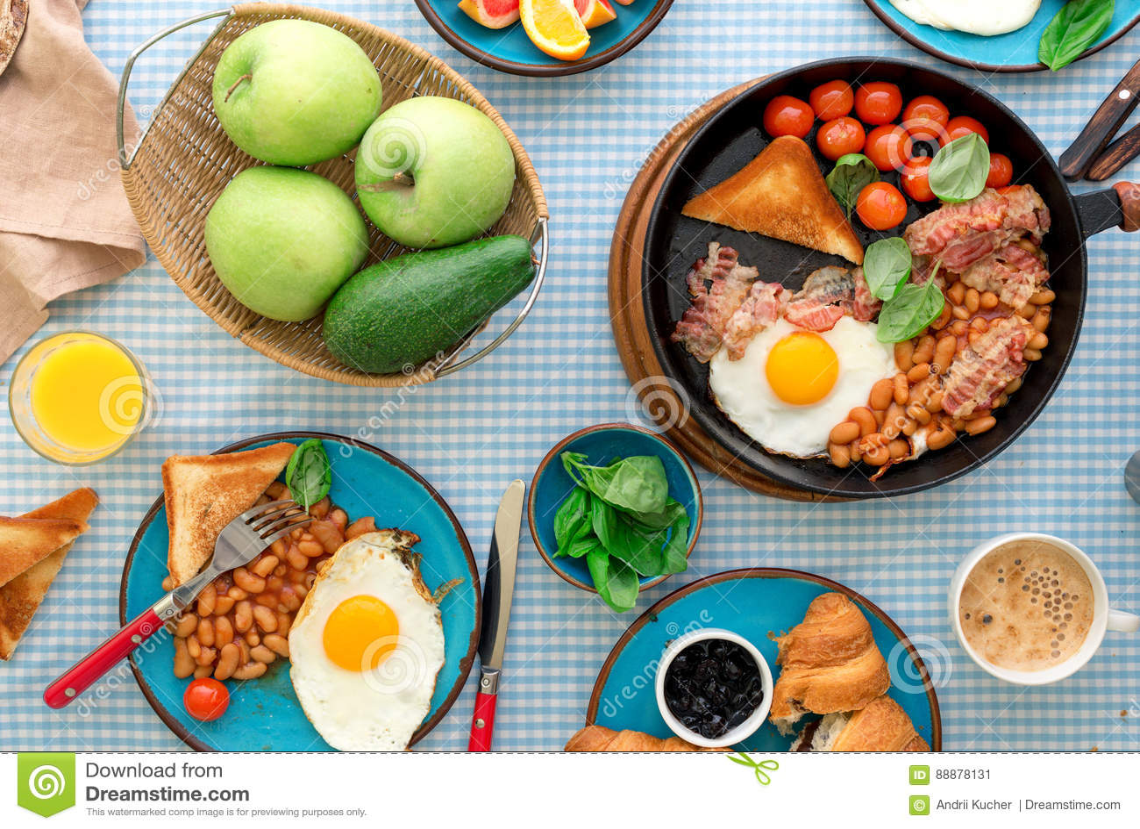 煎蛋,豆,蕃茄,烟肉,敬酒各种各样的果子,汁液,