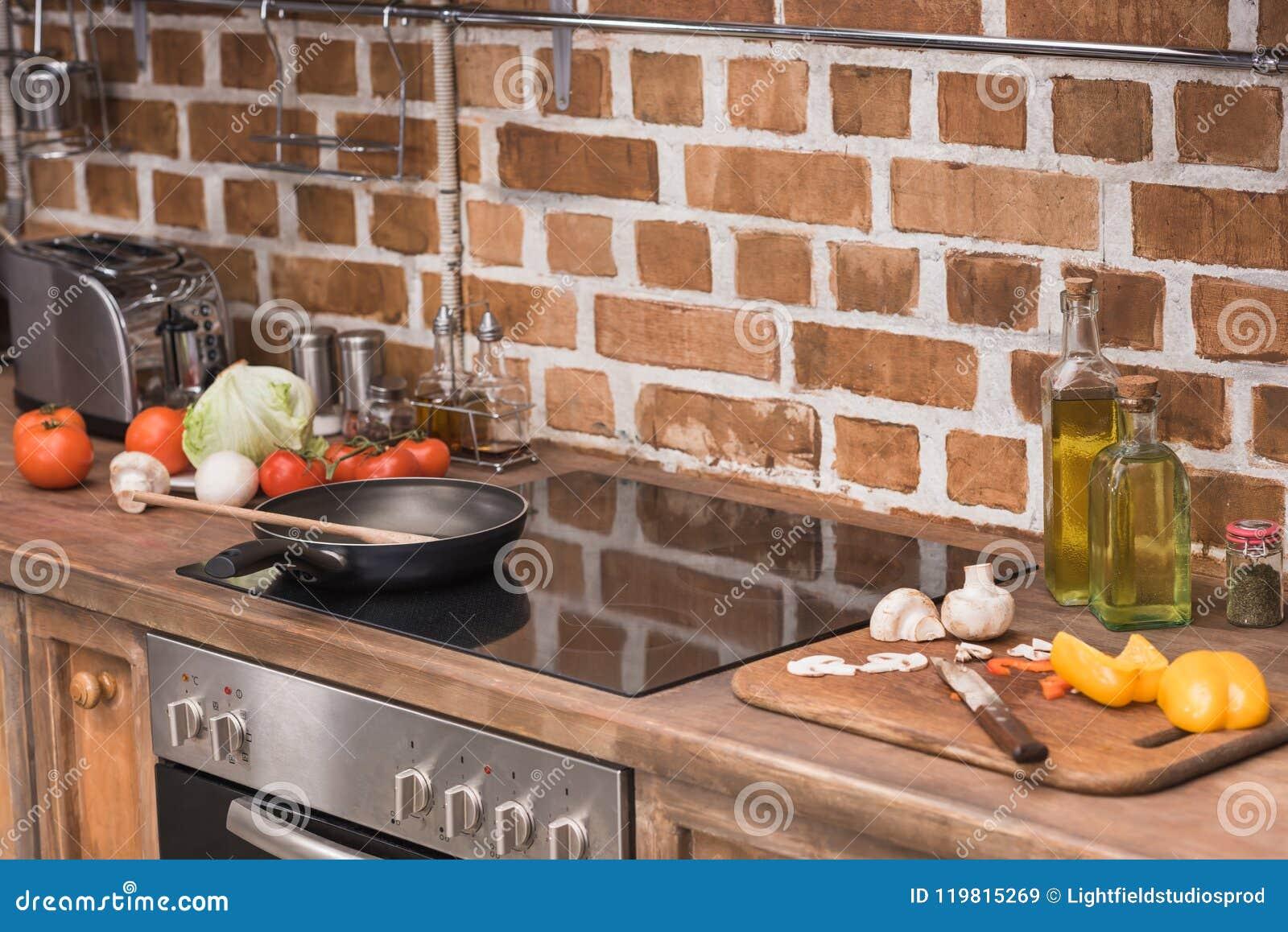 煎锅和木小铲在火炉