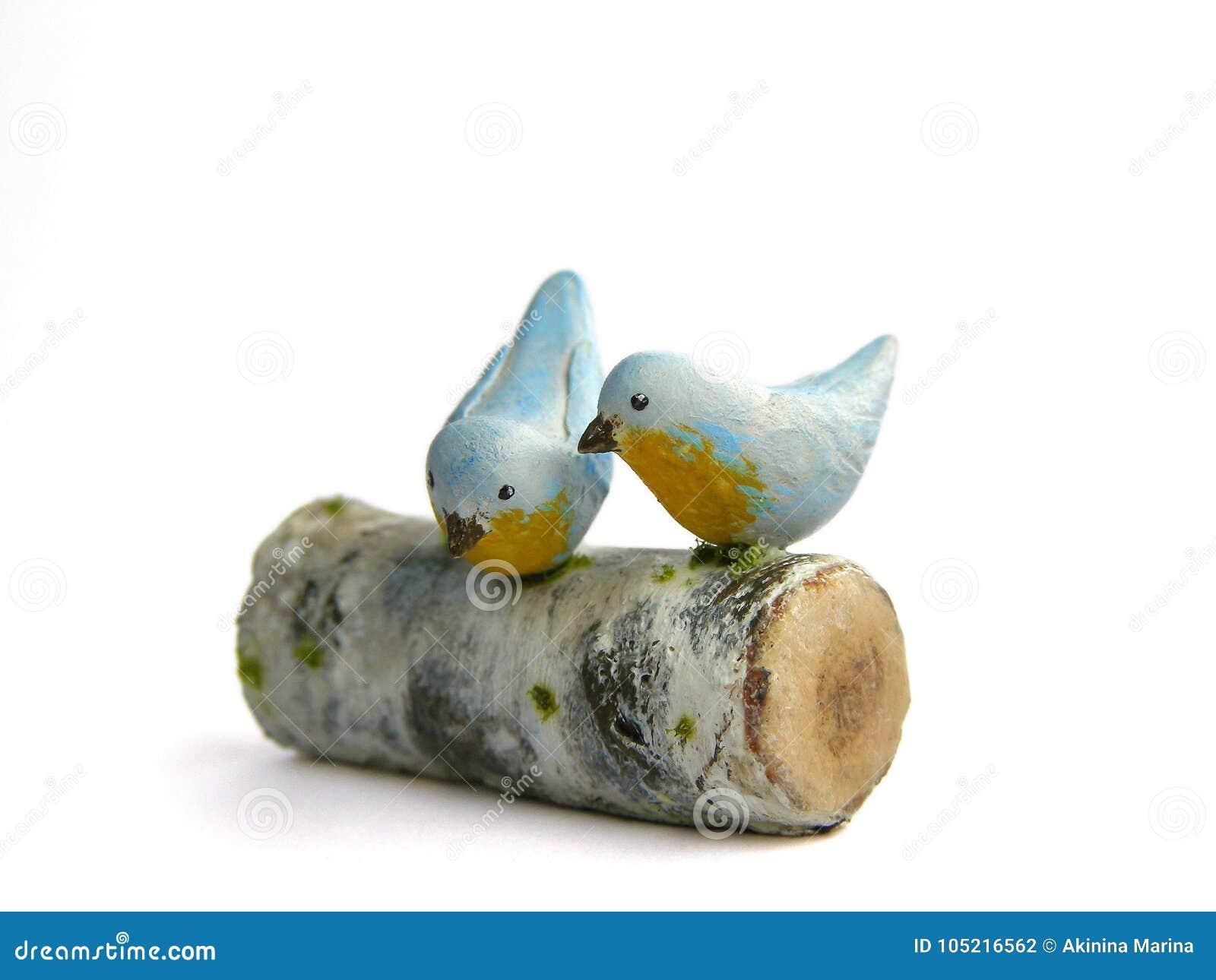 照片微型伪造品在桦树日志的两只鸟