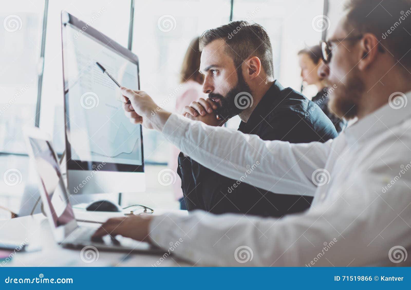 照片运作的过程 显示报告屏幕的财务商业经理 年轻企业乘员组与现代起始的项目一起使用