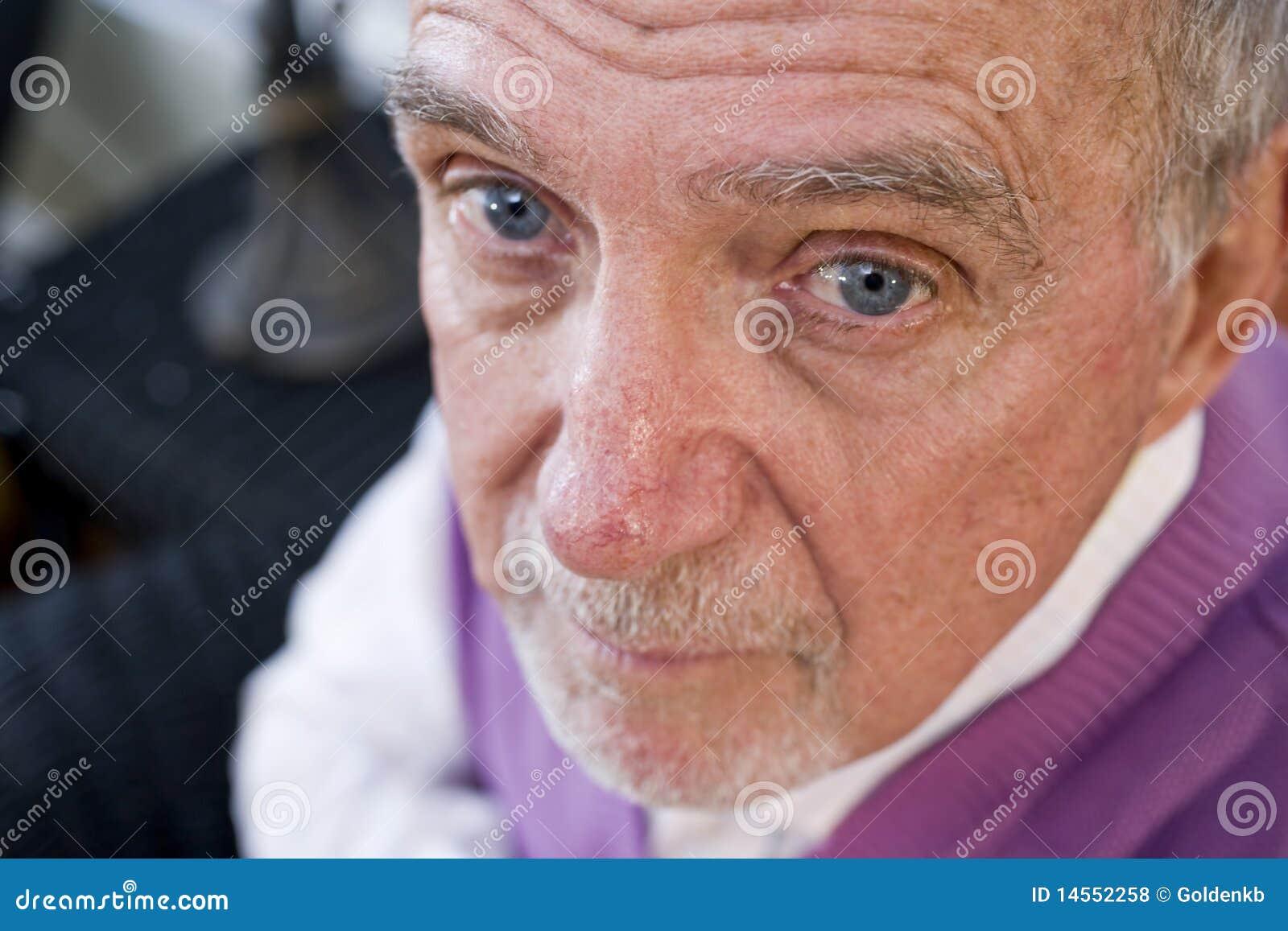 照相机年长表面人严重凝视