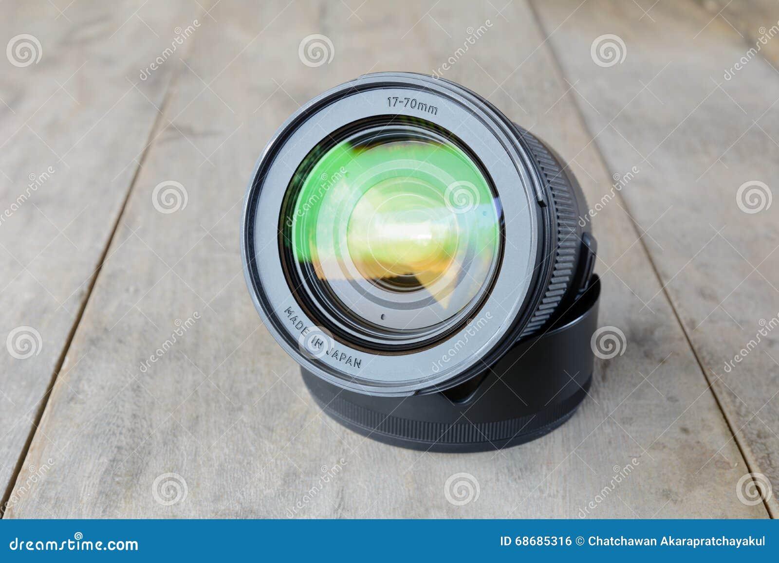 照相机徒升在木桌上len