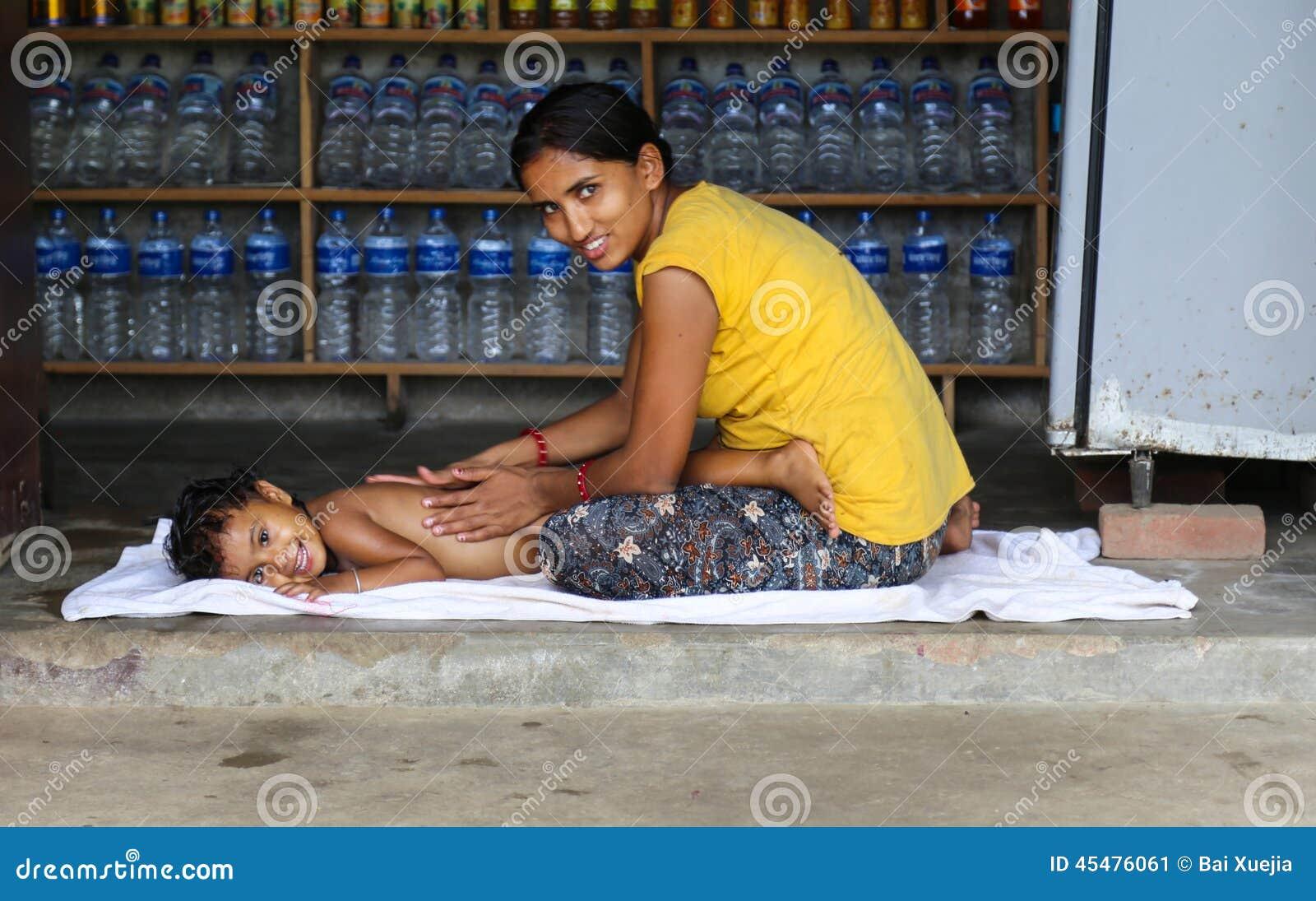 照顾给在chitwan,尼泊尔的女儿按摩