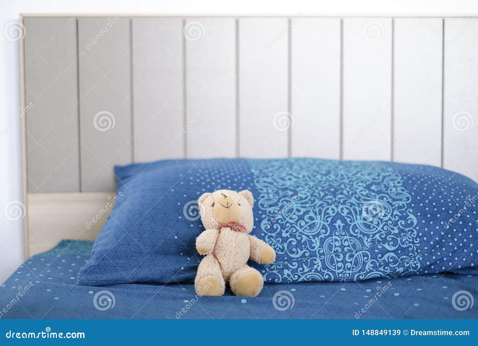 熊玩偶是睡觉偏僻在床上