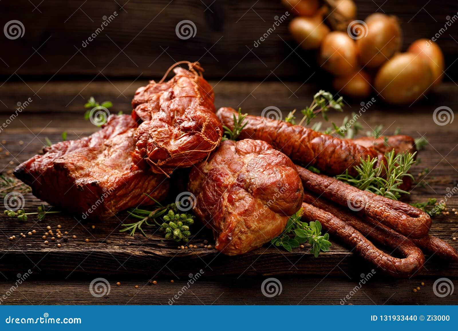 熏制的肉和香肠 一套传统熏制的肉和香肠:火腿,腌火腿,猪腰,家庭式香肠, kabanosy