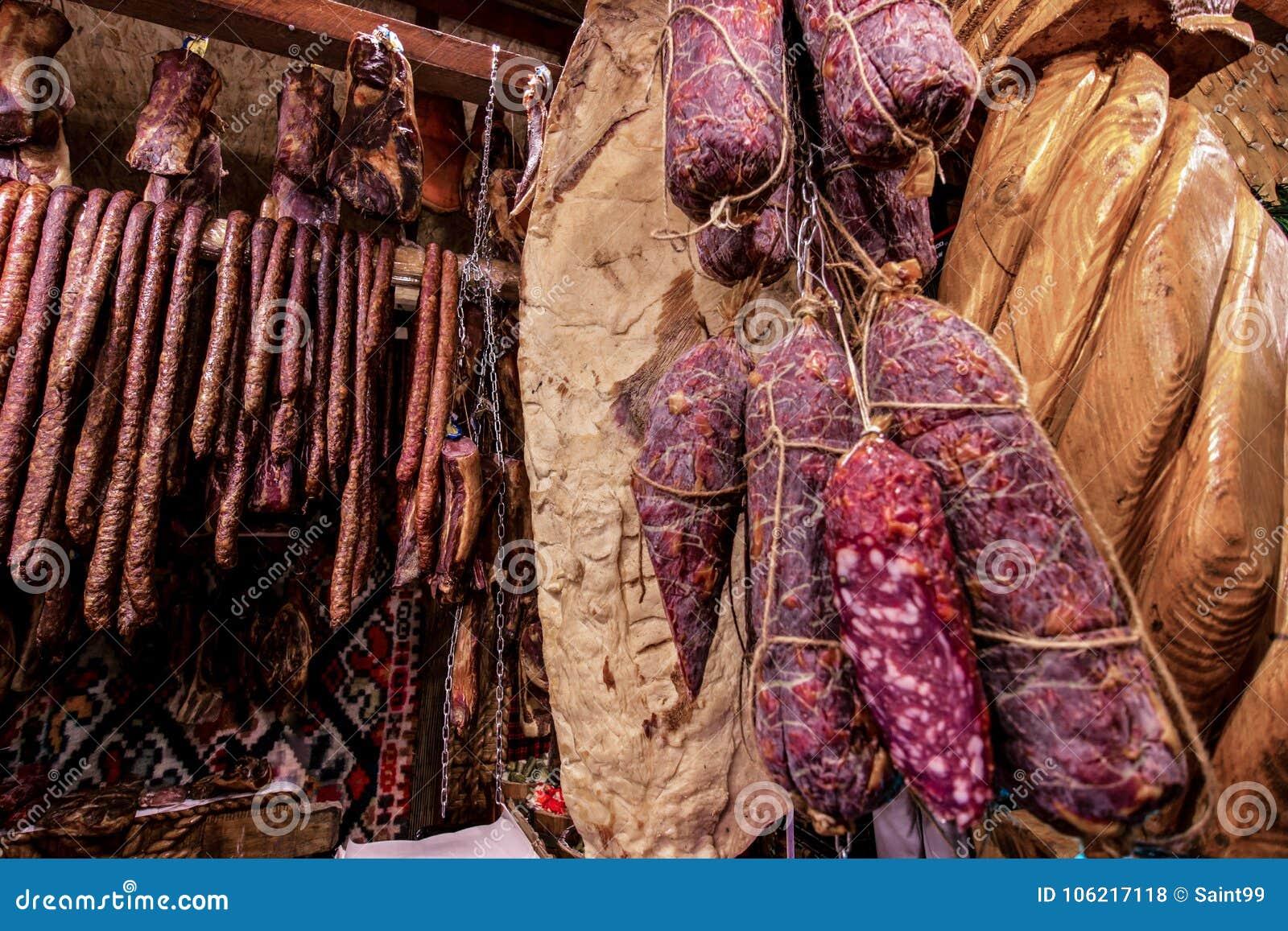 熏制的香肠和蒜味咸腊肠蒂米什瓦拉