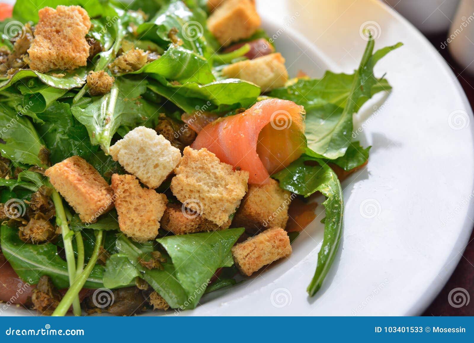 熏制鲑鱼沙拉火箭油煎方型小面包片