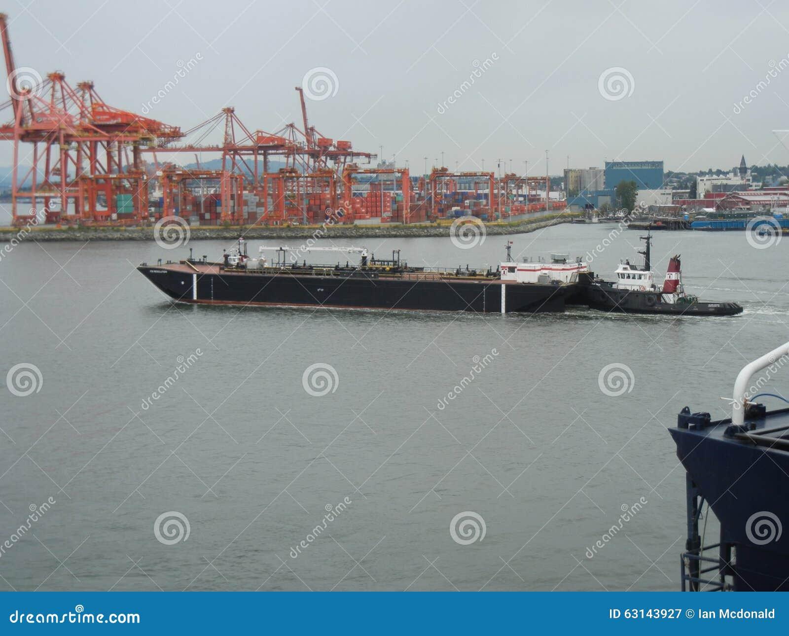 燃料驳船和猛拉小船