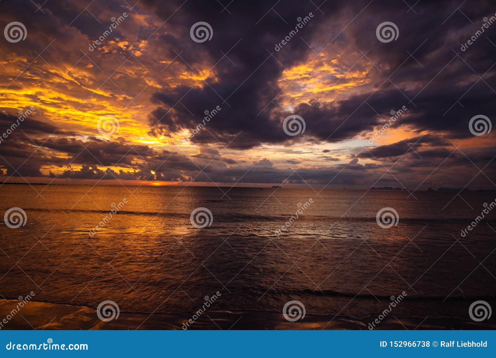 燃烧的天空和海在日落期间在热带海岛Ko朗塔,安达曼海,泰国海洋