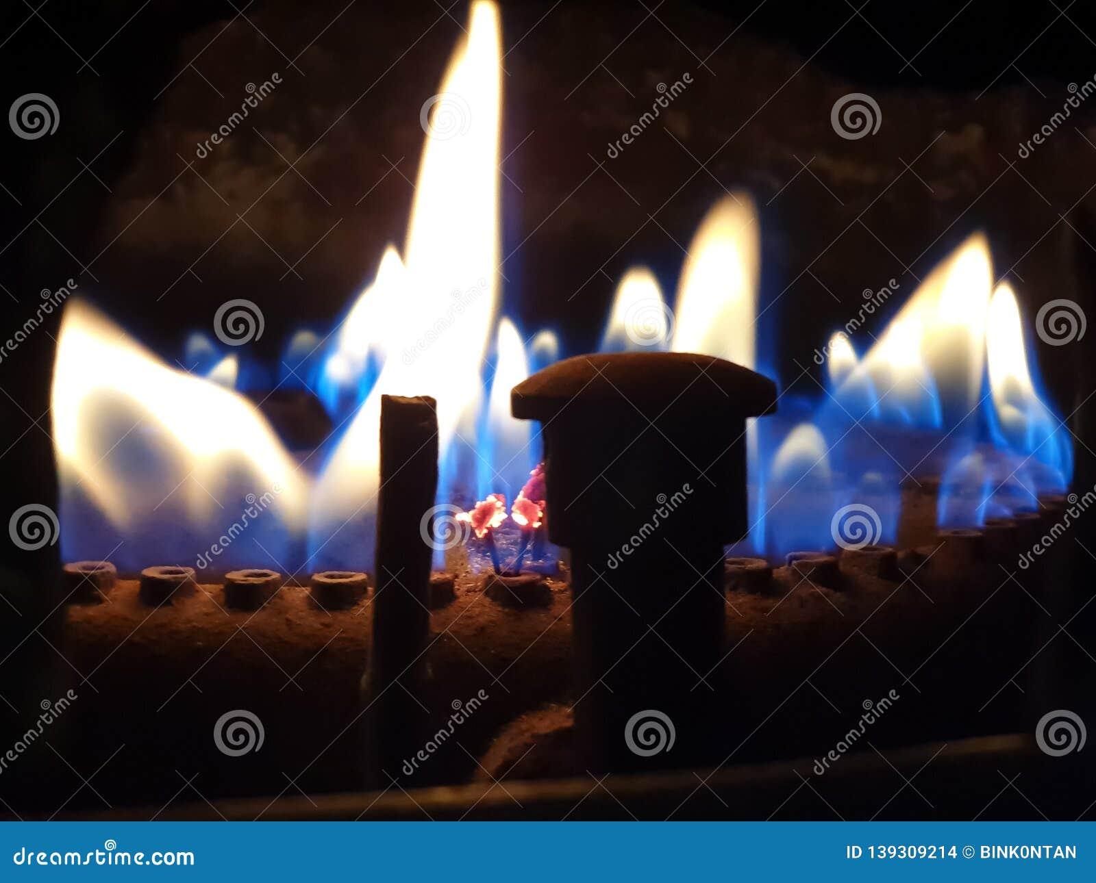 燃烧的气体 气体燃烧在加热的锅炉