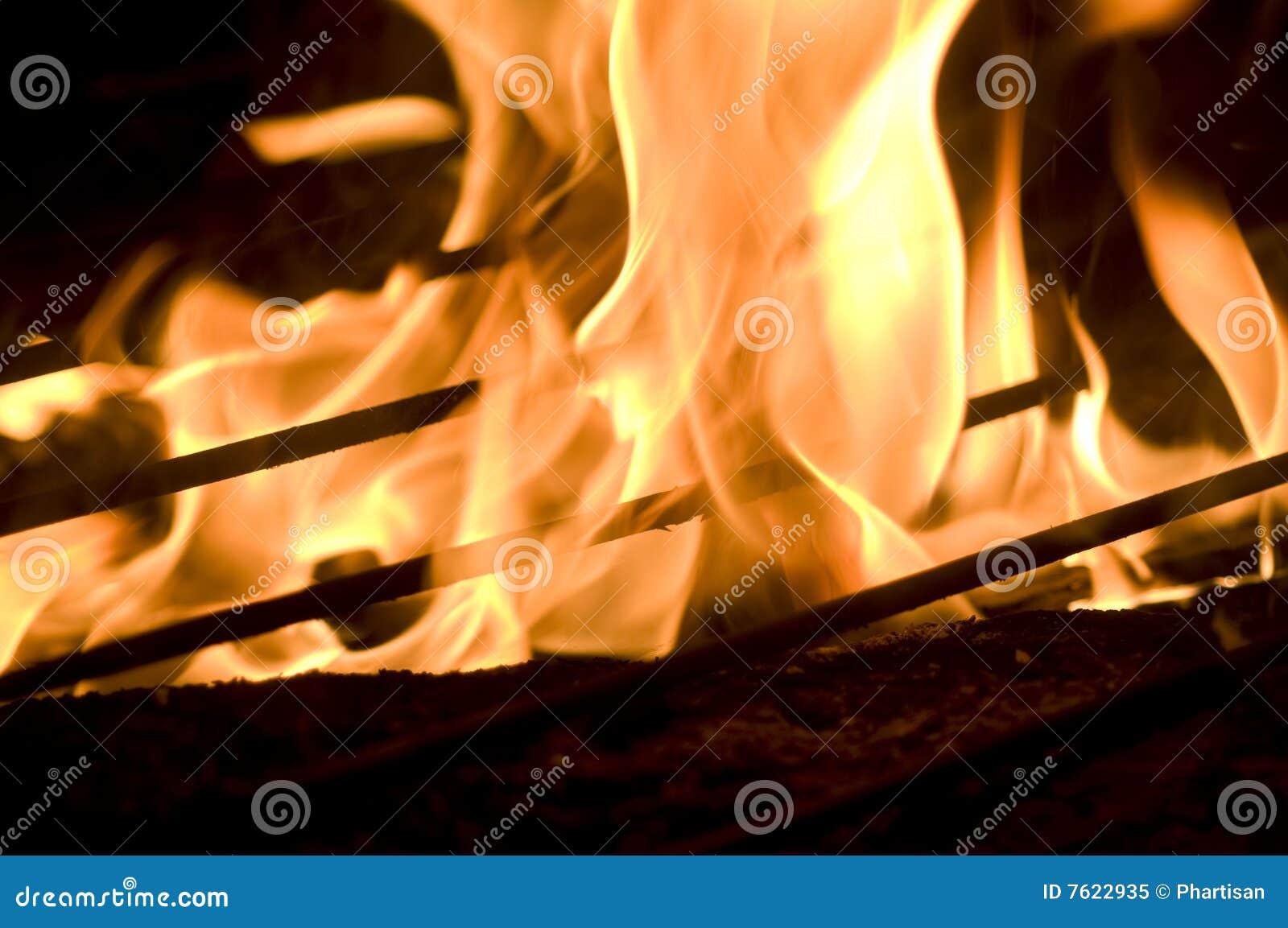 燃烧的火焰烤在木
