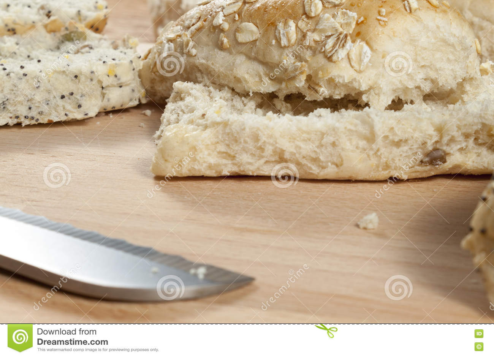 燕麦剥落放置在wodden面包板的小圆面包