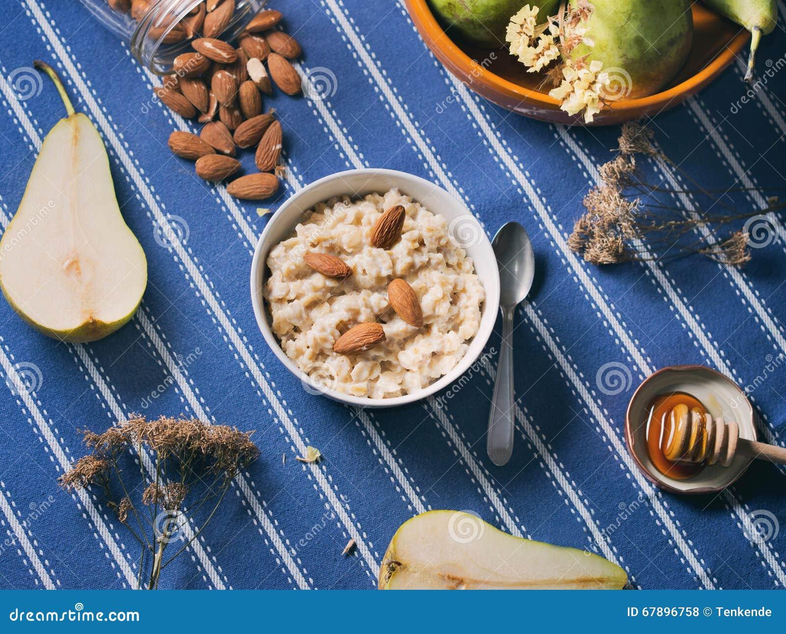 燕麦粥粥用蜂蜜和杏仁