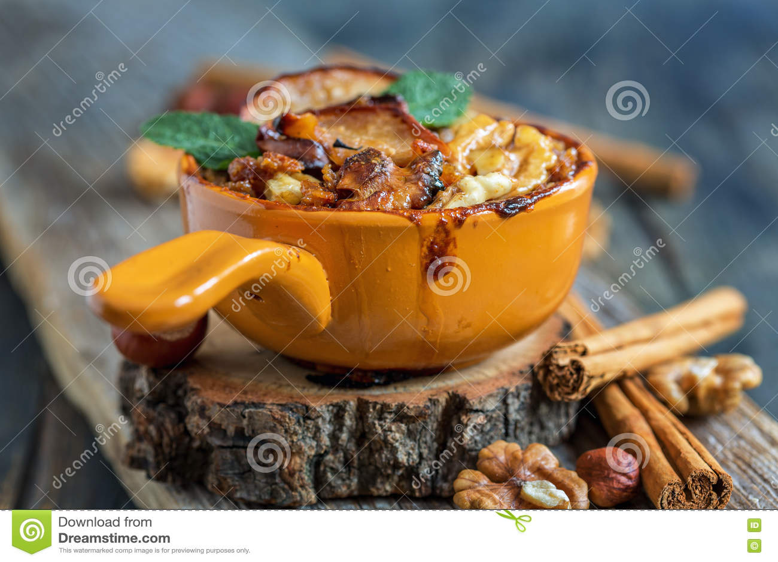 燕麦粥被烘烤的苹果一顿健康早餐
