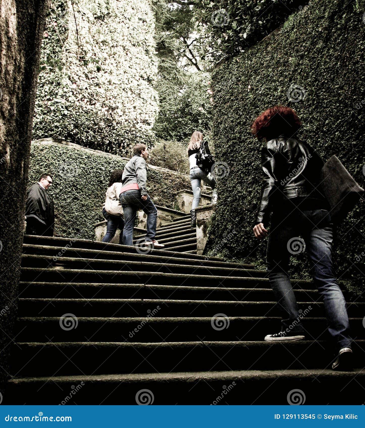 爬上台阶的人们