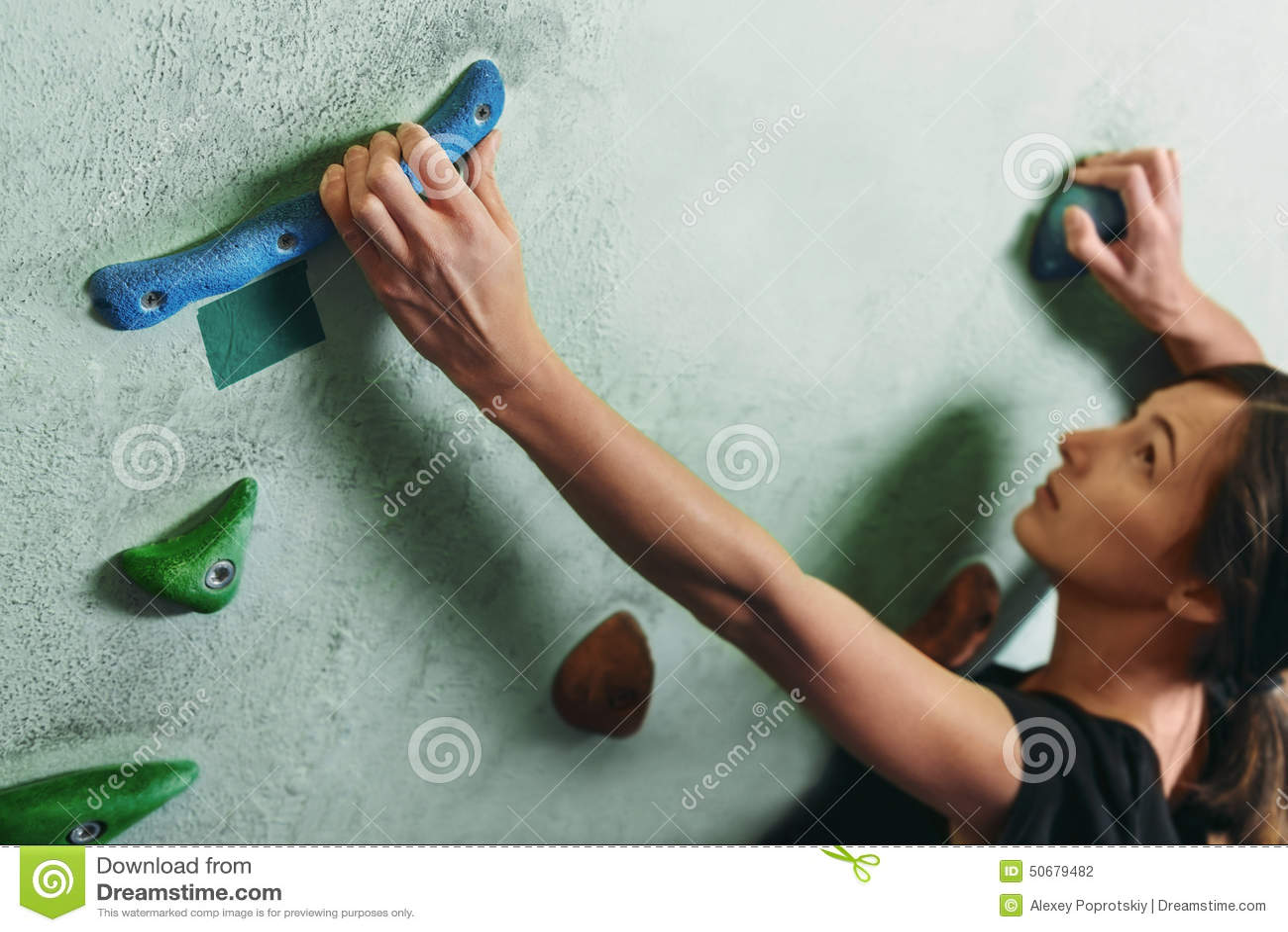 Download 爬上在岩石墙壁上的女孩室内 库存照片. 图片 包括有 bouldering的, 成人, 上升, 活动家, 人们 - 50679482