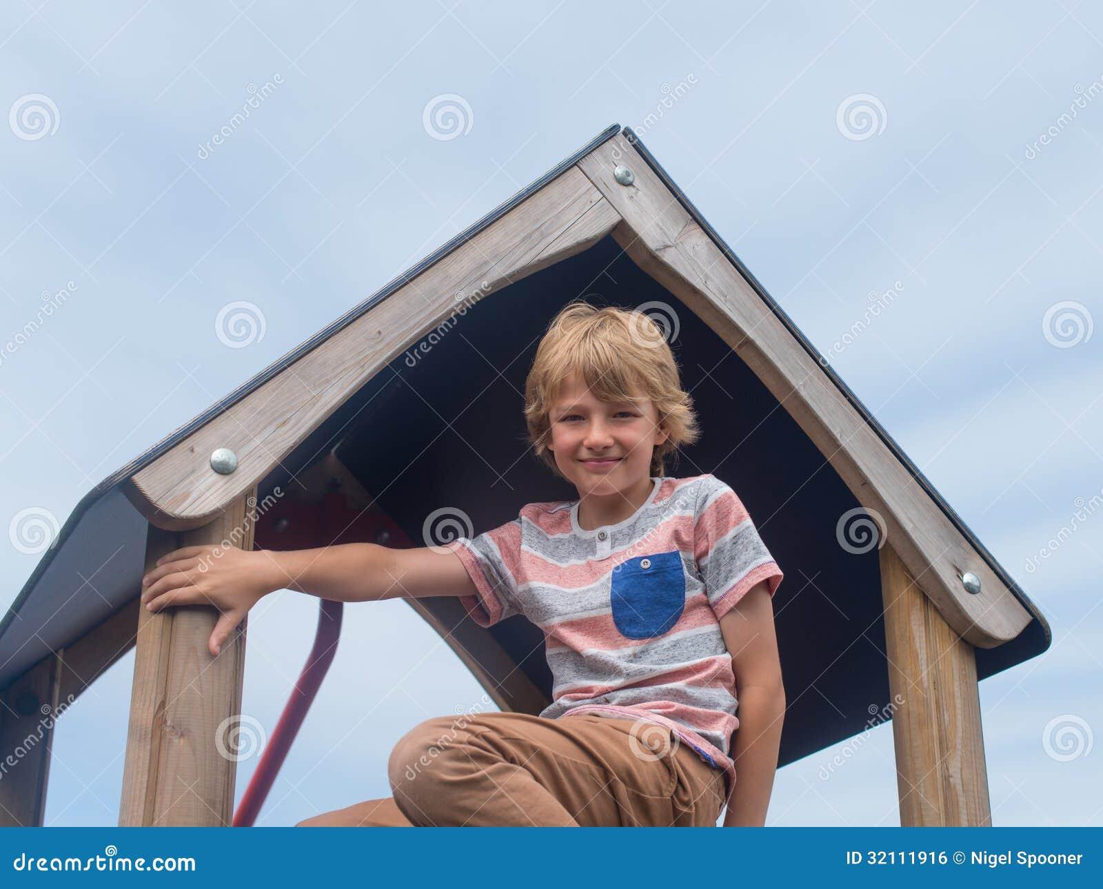 爬升套架的年轻男孩