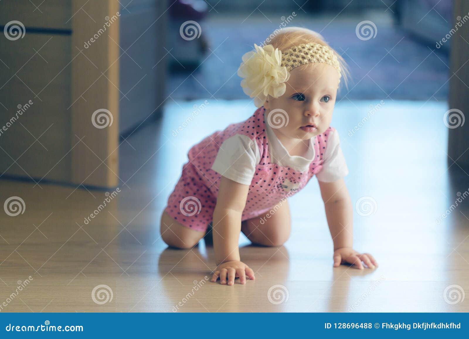 爬行在房子附近的婴孩