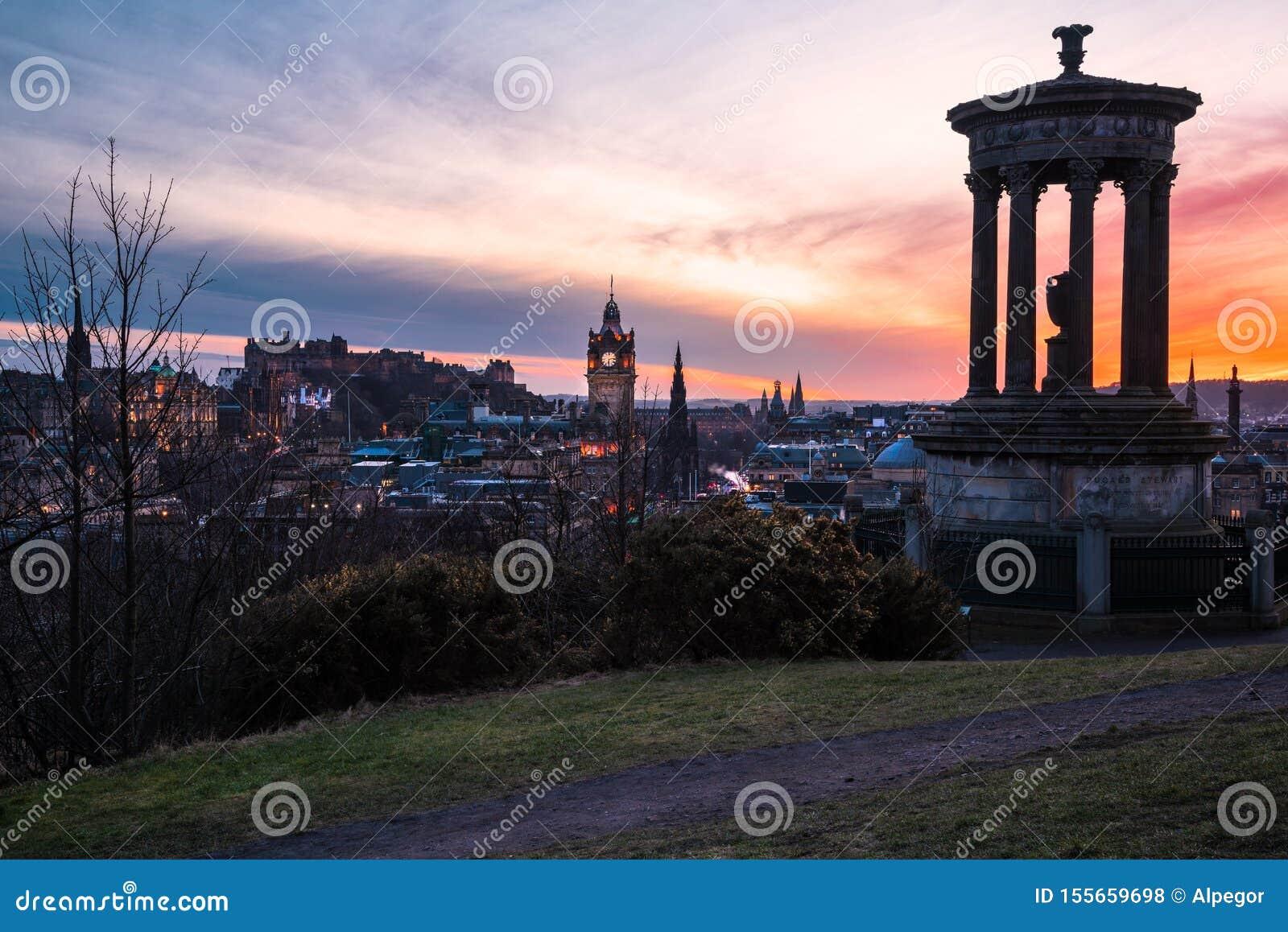爱丁堡市中心看法在黄昏的五颜六色的冬天天空下