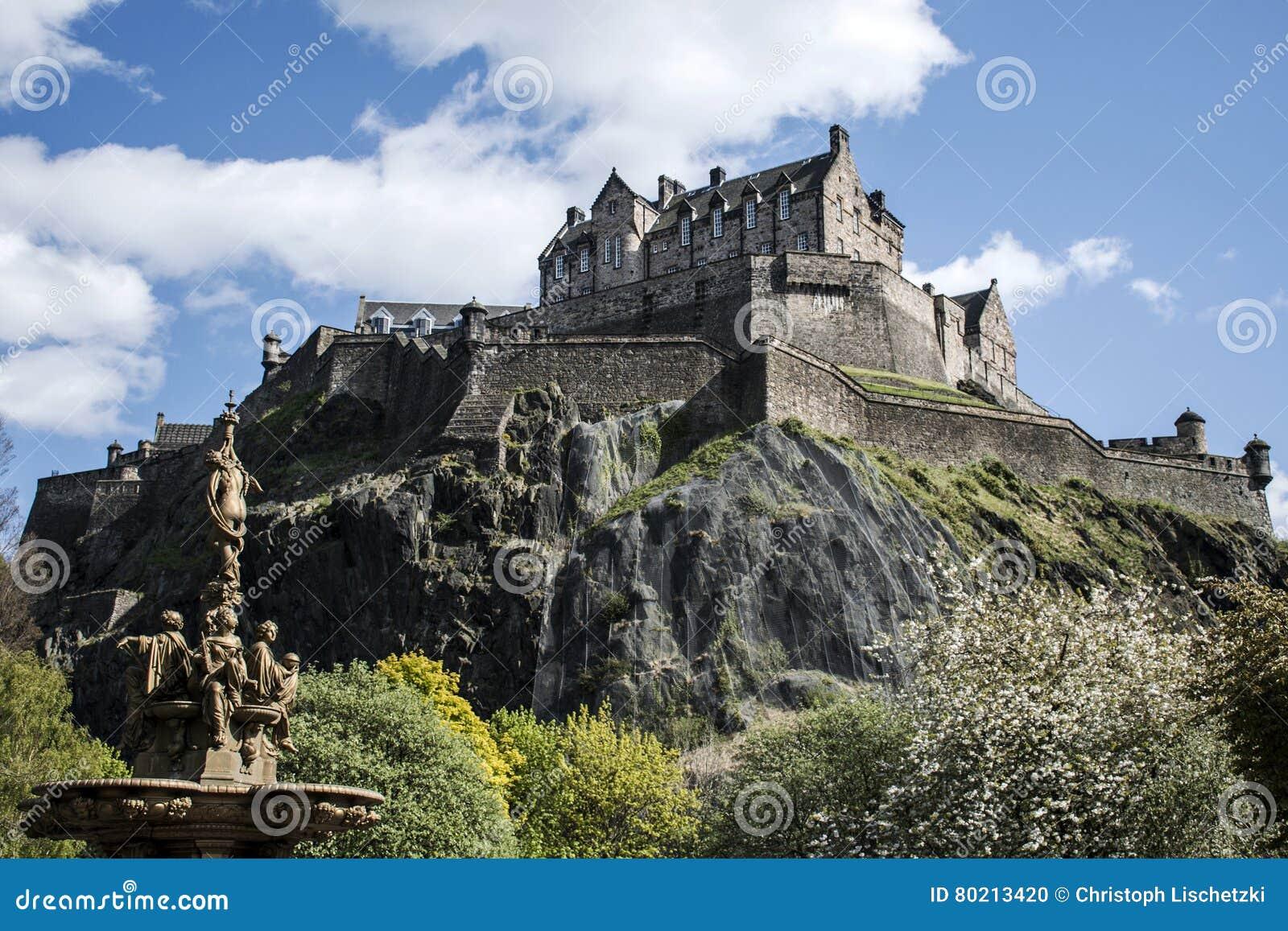 爱丁堡市历史的Castle Rock晴天罗斯喷泉