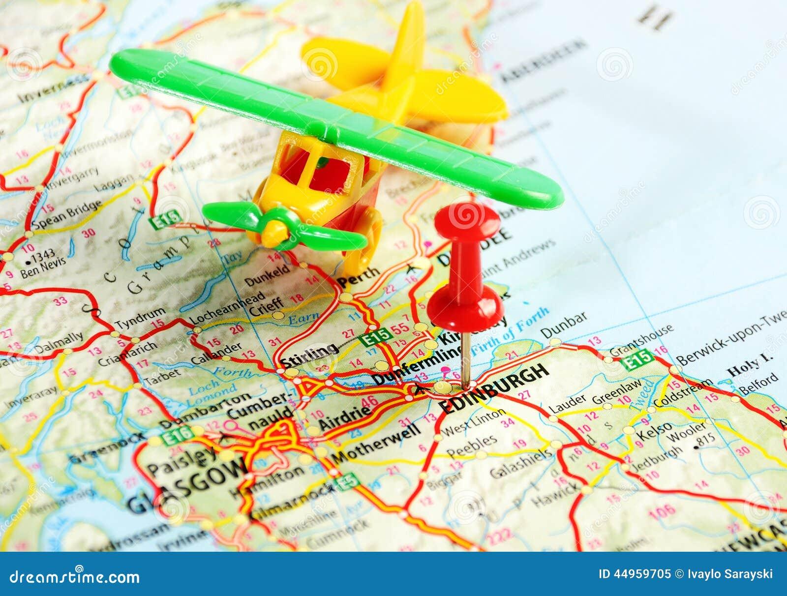 爱丁堡苏格兰,英国地图飞机和别针-旅行概念.图片