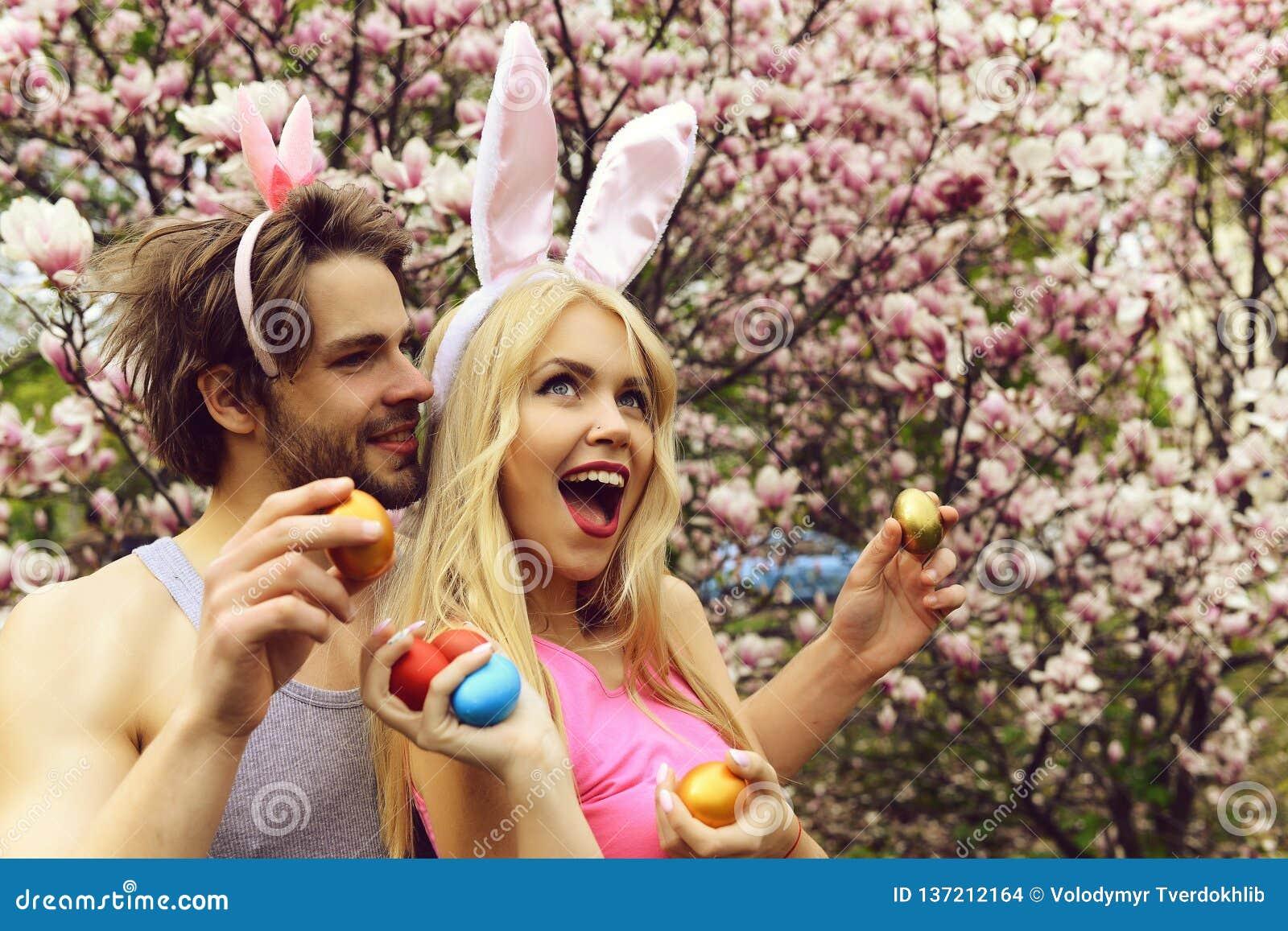 爱上拿着五颜六色的鸡蛋的兔宝宝耳朵的夫妇