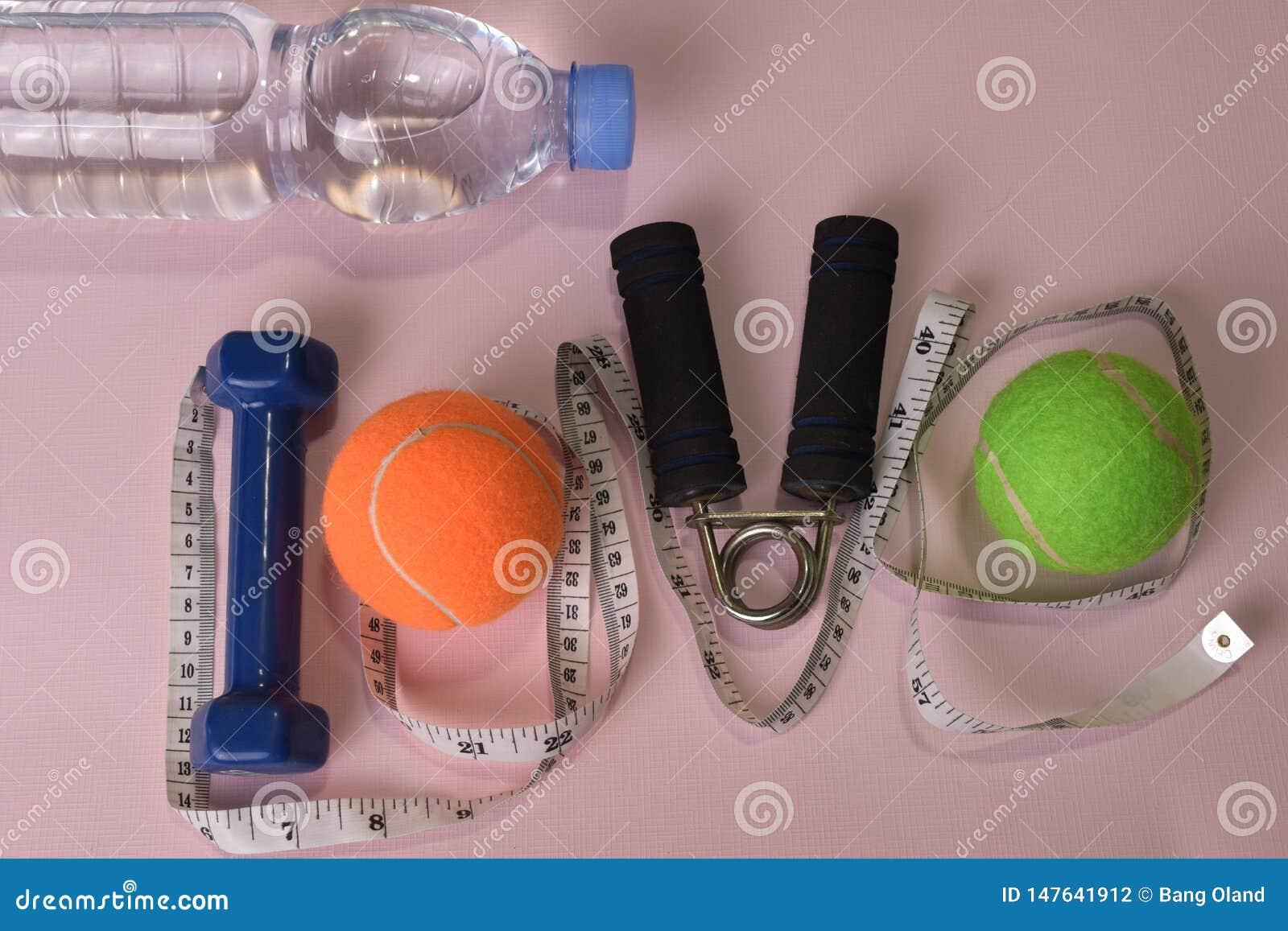 爱与哑铃和水瓶的健身概念 锻炼启发