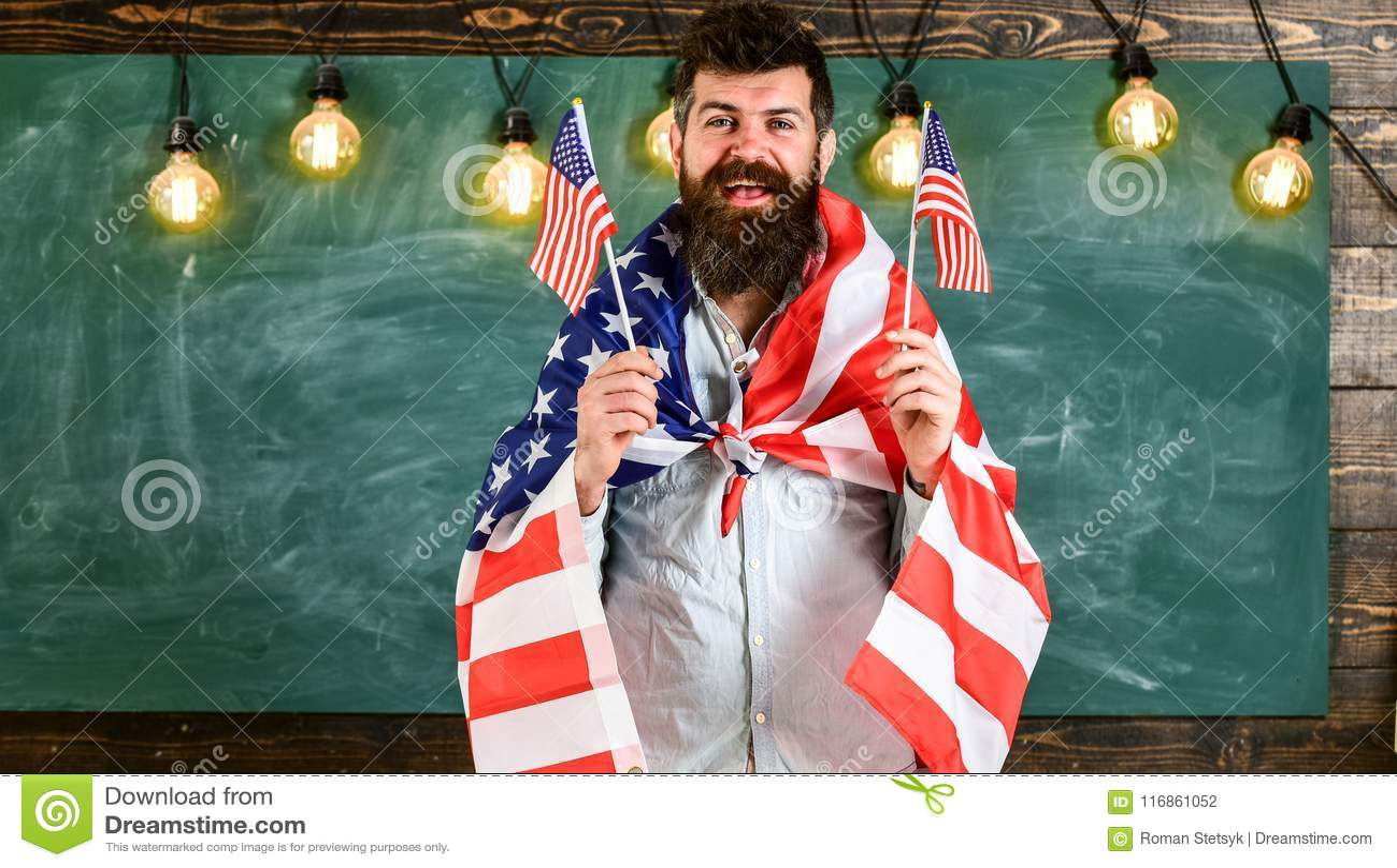 爱国教育概念 画象快乐高兴激动确信与暴牙的愉快的微笑学生佩带的牛仔布