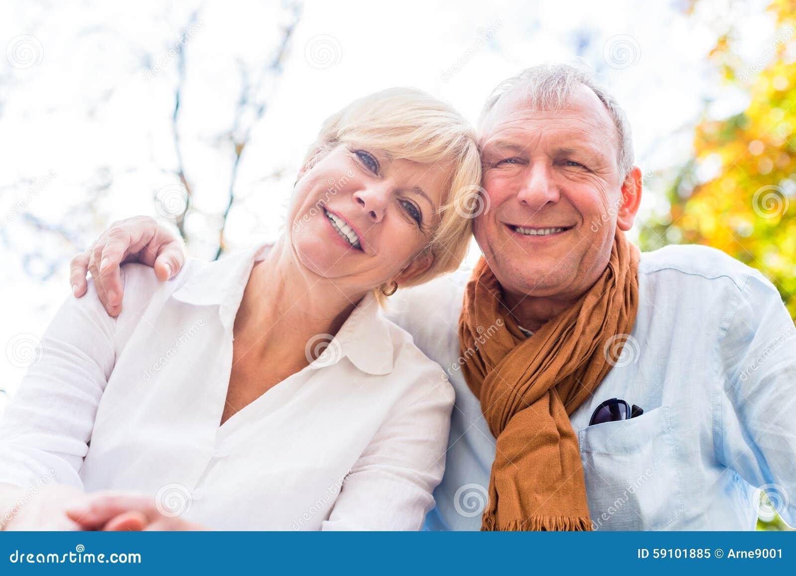 爱在秋天的老人和妇女