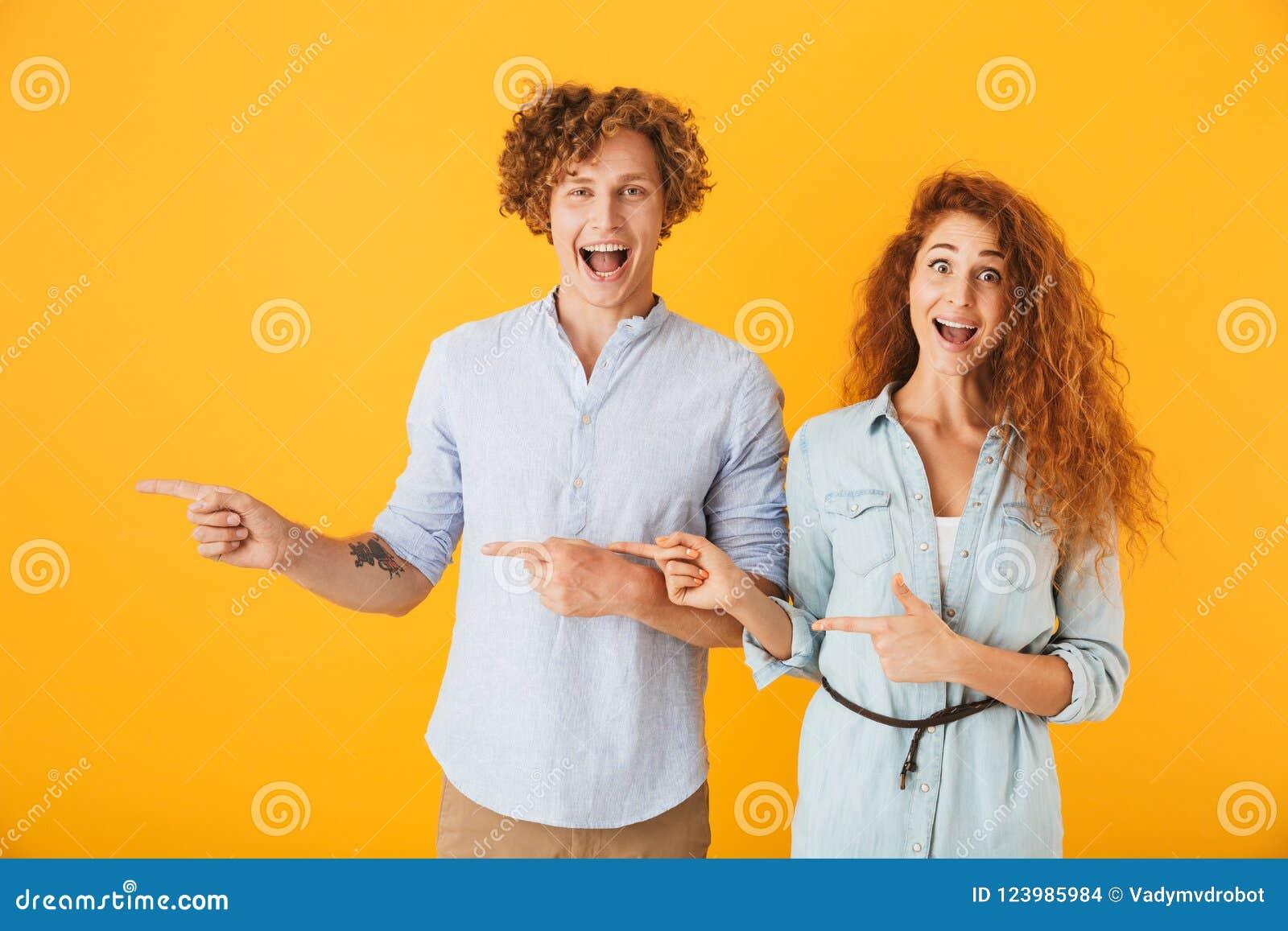 爱夫妇指向的激动的朋友