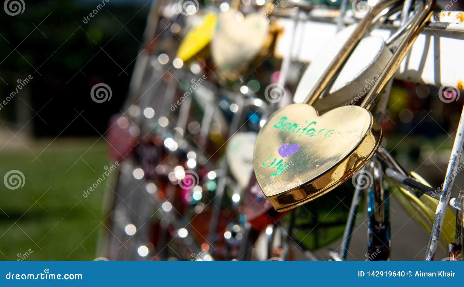 爱夫妇锁垂悬在路轨