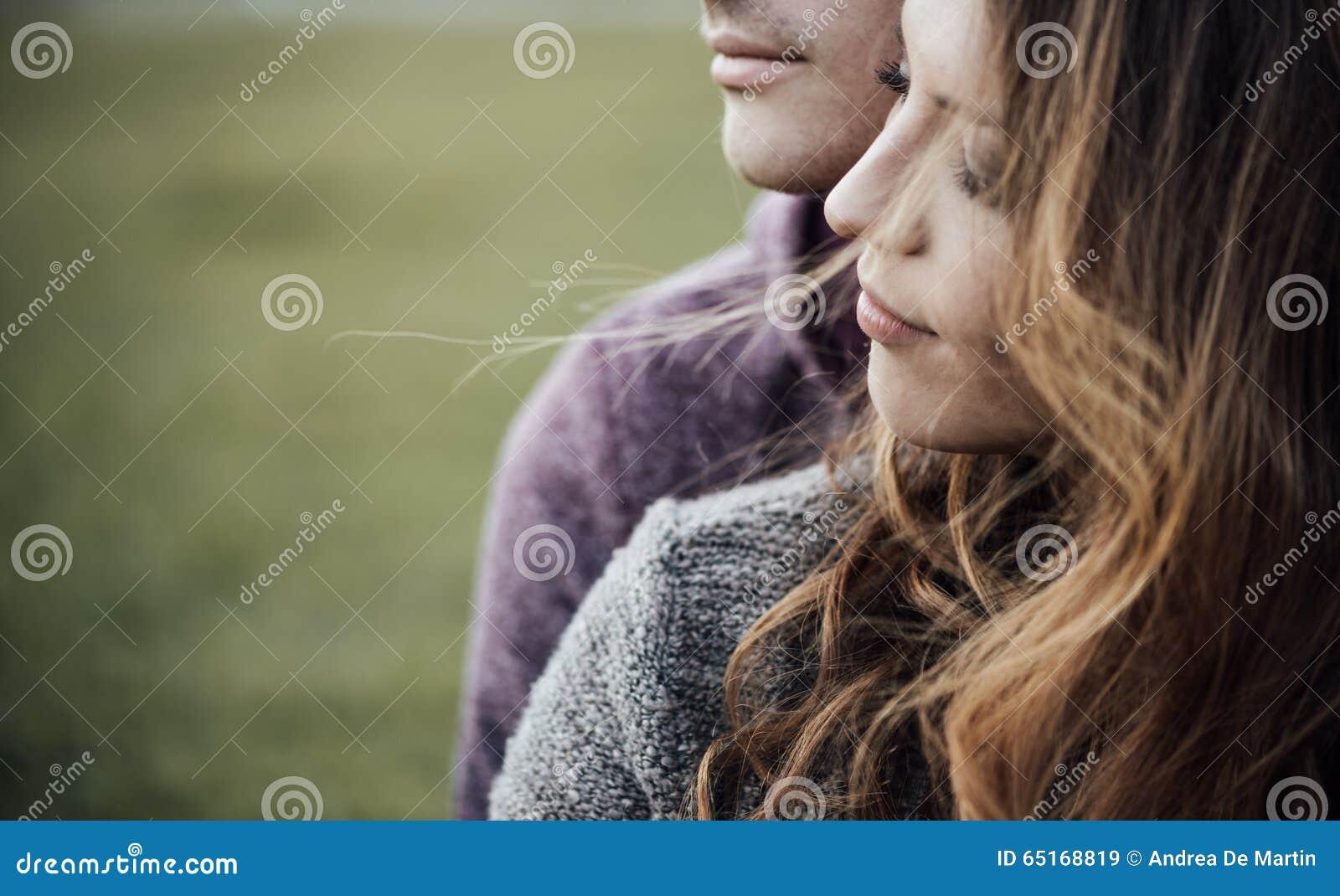 年轻爱恋的夫妇坐草