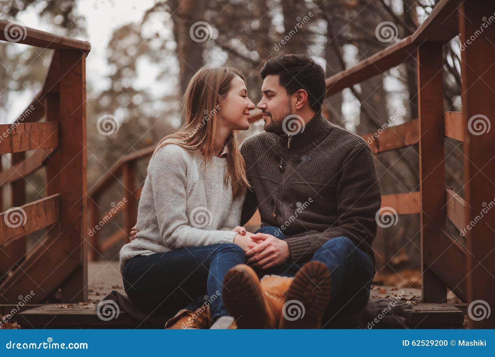 爱恋的年轻夫妇愉快室外在舒适在森林里一起温暖步行