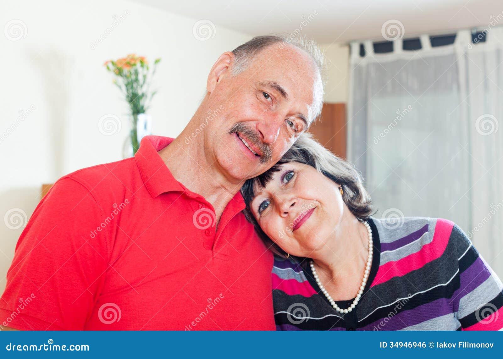 爱恋的年长夫妇在家