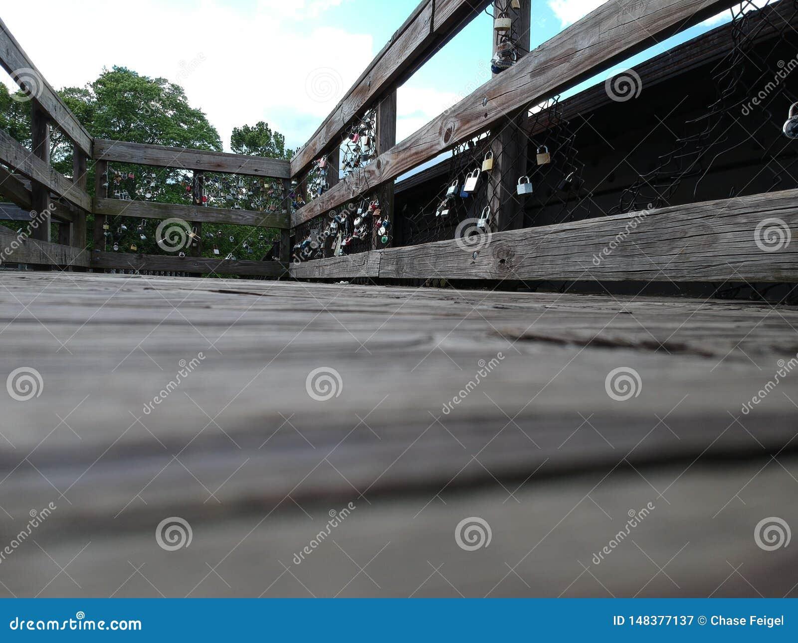 爱锁在詹姆斯河桥梁的
