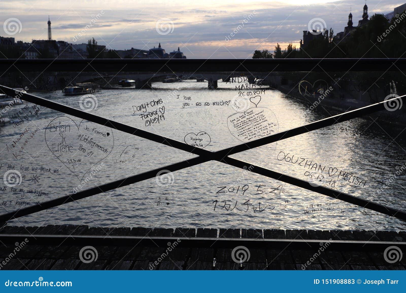 爱锁桥梁与在塑料障碍写的爱消息的之后锁撤除