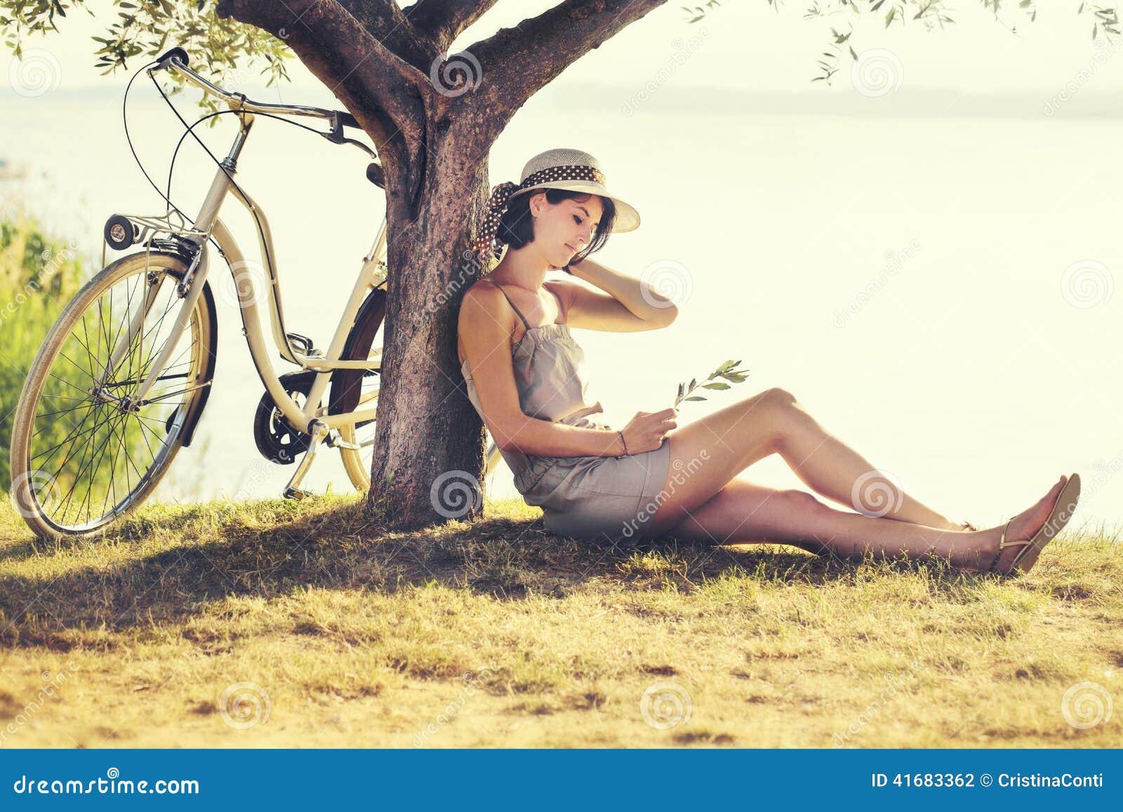 爱enjoyng的美丽的休眠妇女日落