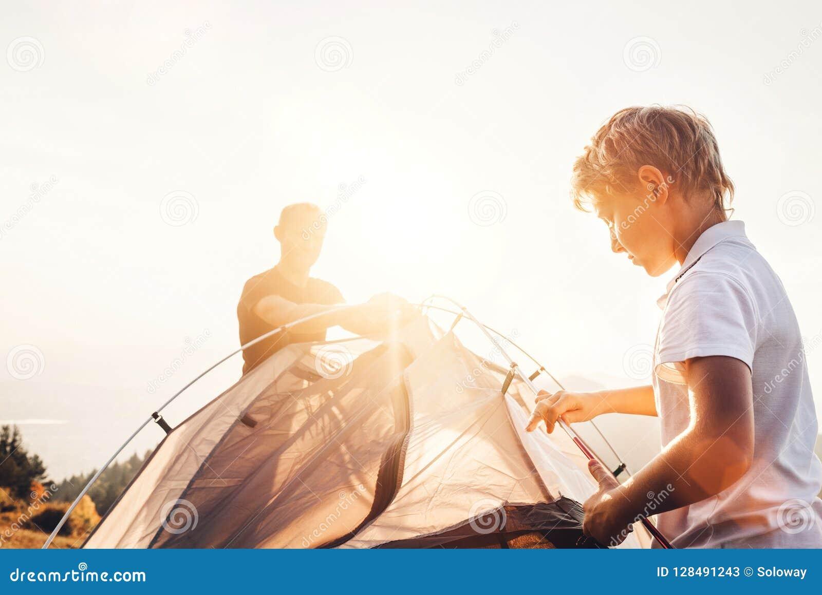 父亲和儿子安装野营的旅游帐篷