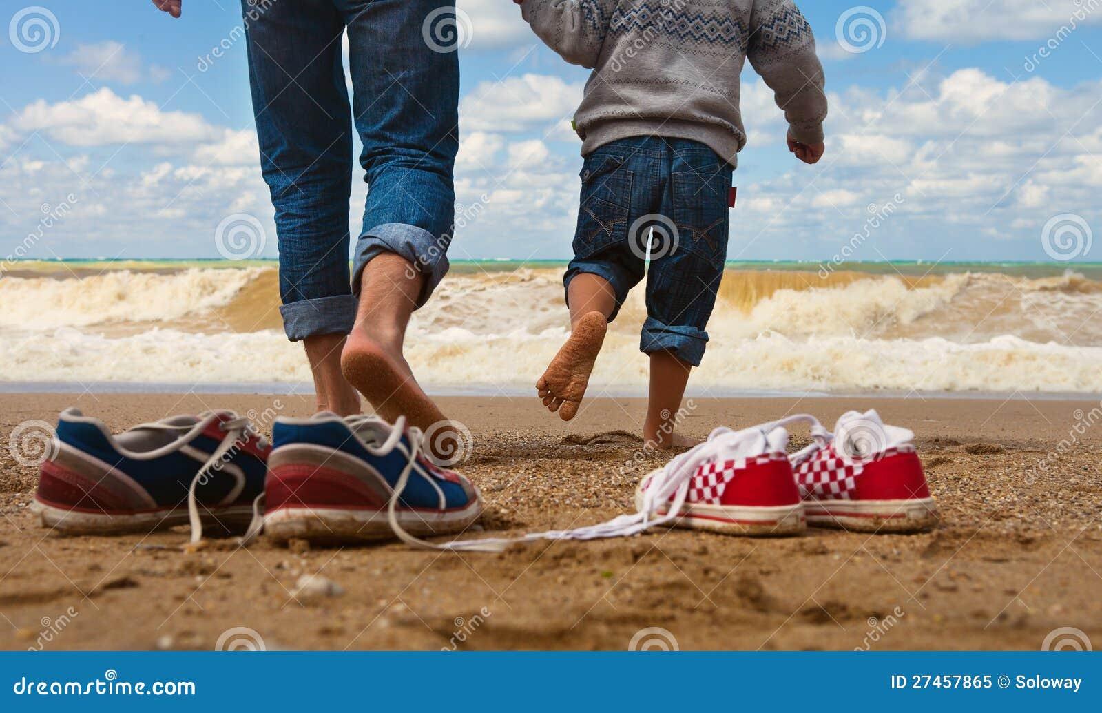 父亲和儿子结构在海边