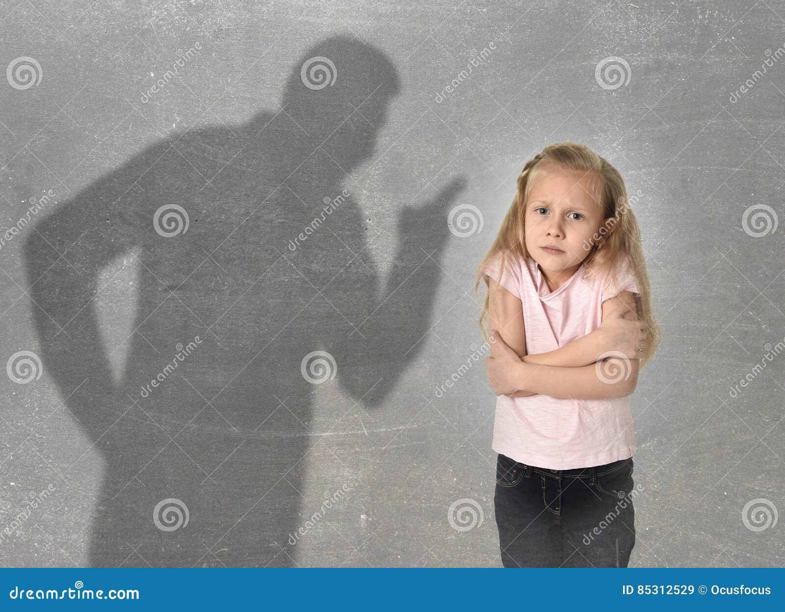 父亲或老师阴影叫喊的恼怒的责备的年轻甜矮小的女小学生或女儿
