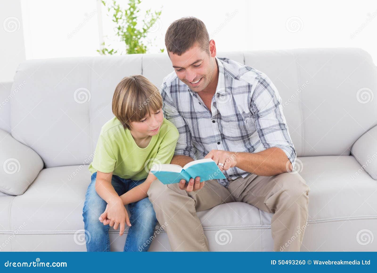 父亲男孩的读书故事沙发的
