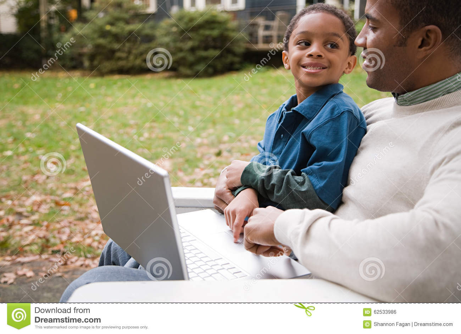 父亲膝上型计算机儿子