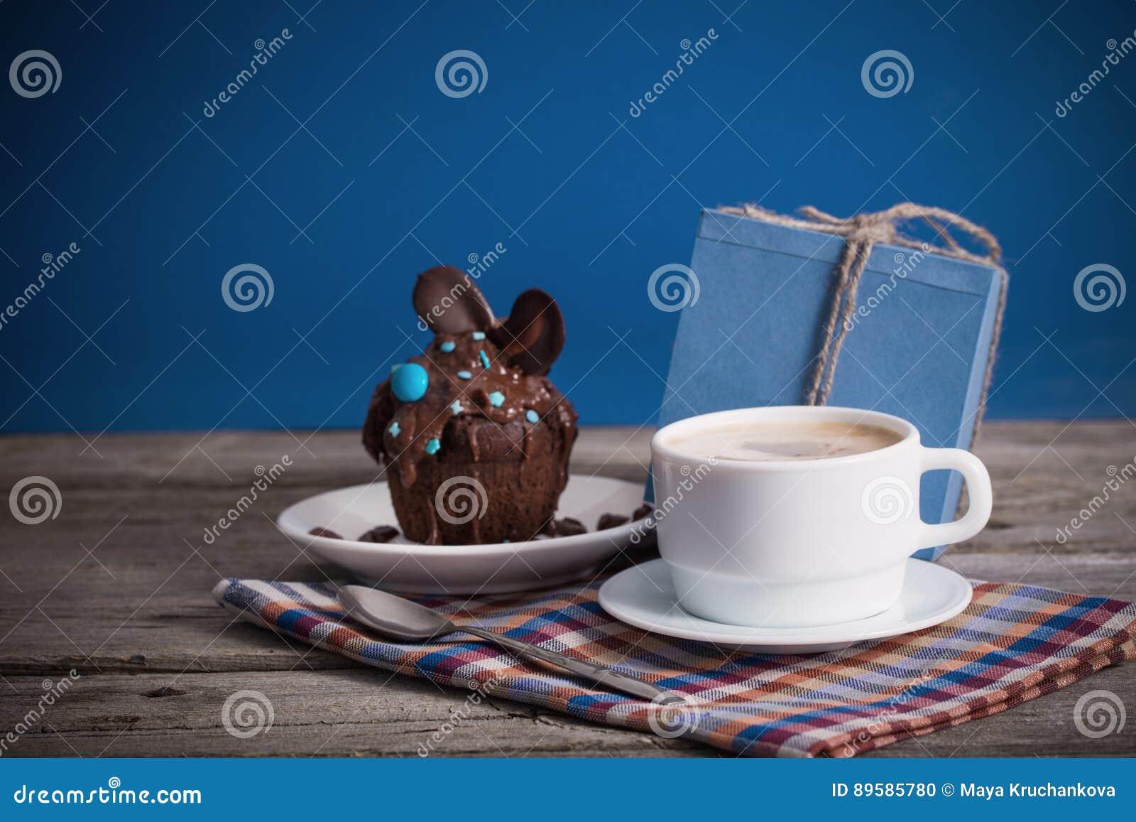 父亲节杯形蛋糕礼物和咖啡