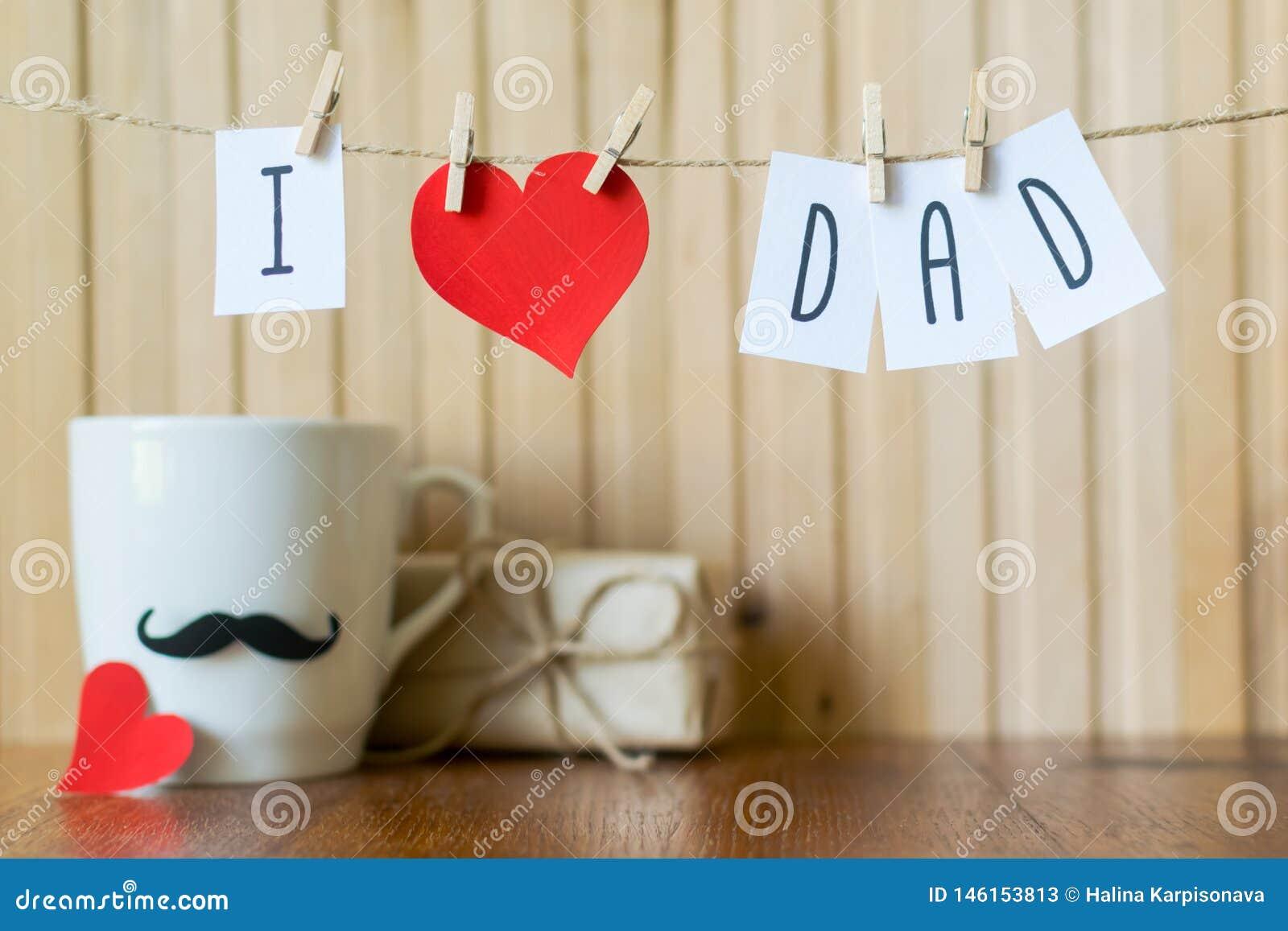 父亲节问候 与垂悬与晒衣夹的纸心脏的消息在木板 E