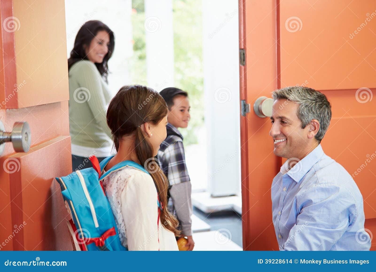 父亲说再见向孩子,他们为学校离开