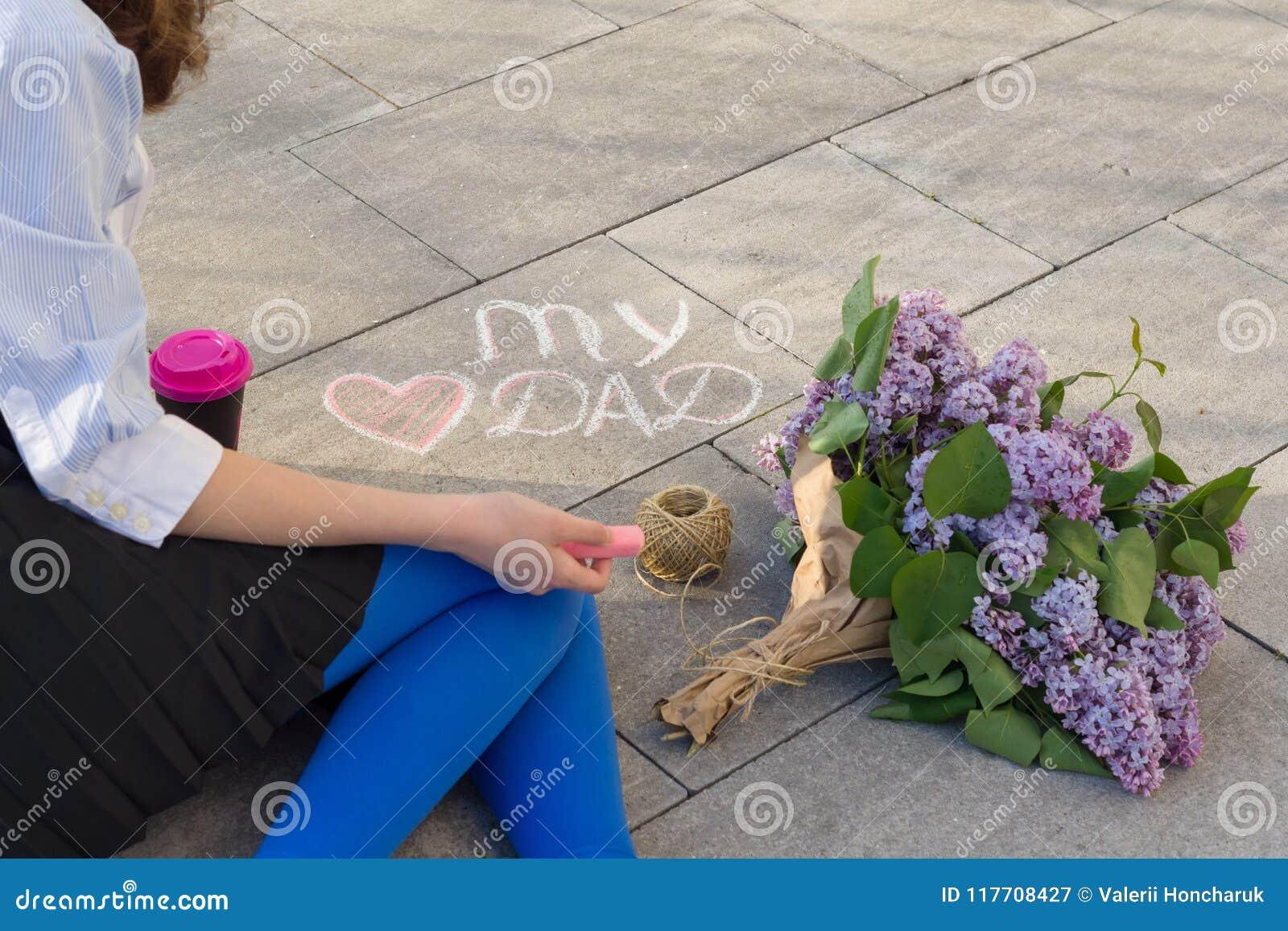 父亲` s天问候概念女儿在我的爱爸爸和心脏沥青文本画  淡紫色花背景花束