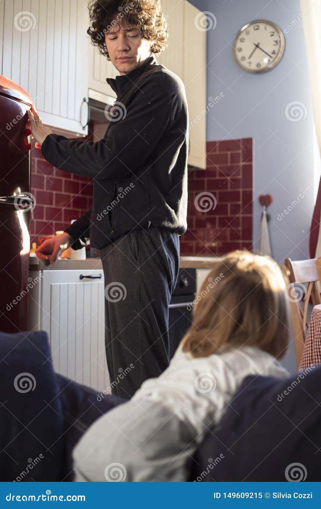 爸爸和女婴在家早餐时间的