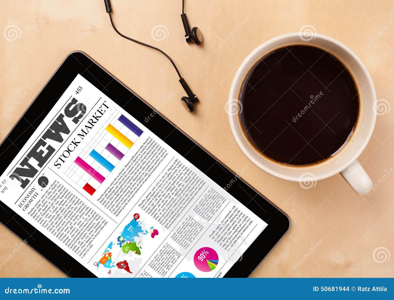 Download 片剂个人计算机显示在屏幕上的新闻有一杯咖啡的在书桌上的 库存照片 - 图片 包括有 服务台, 时钟: 50681944