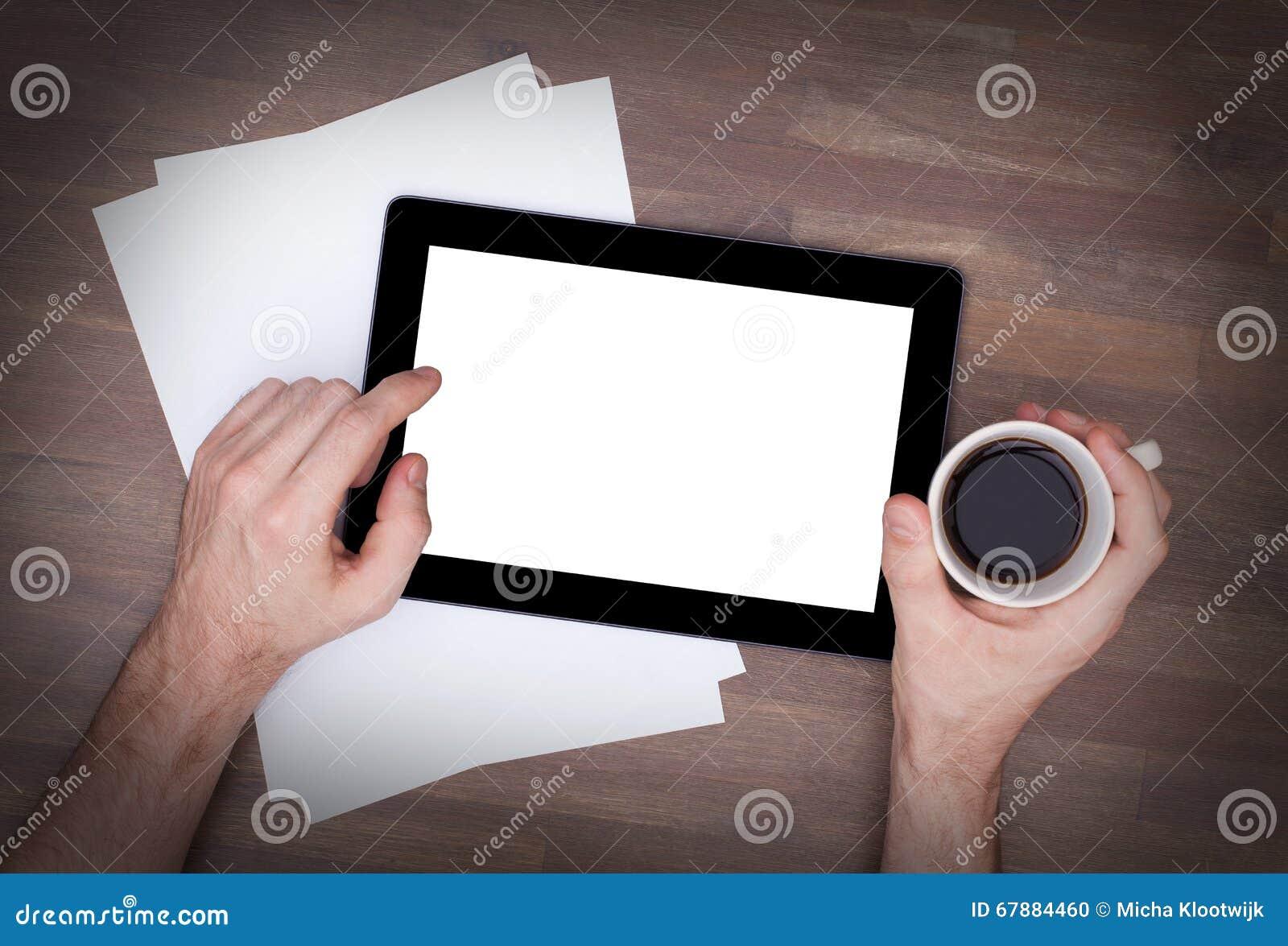 片剂接触在木桌上的计算机小配件